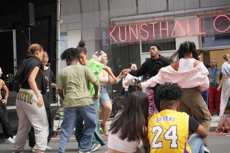 Dance jam utenfor Kunsthall Oslo på avslutningen av utstillingen In the eyes of the child.
